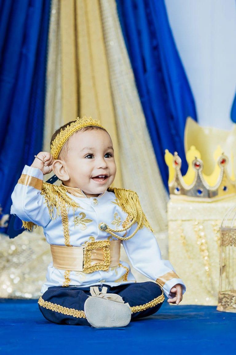 Bebé vestido de principe en su fiesta de cumpleaños