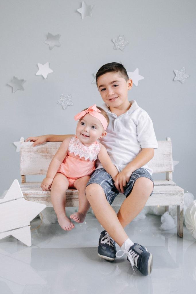 Jennifer y su hermano en su sesión de fotos de 7 meses