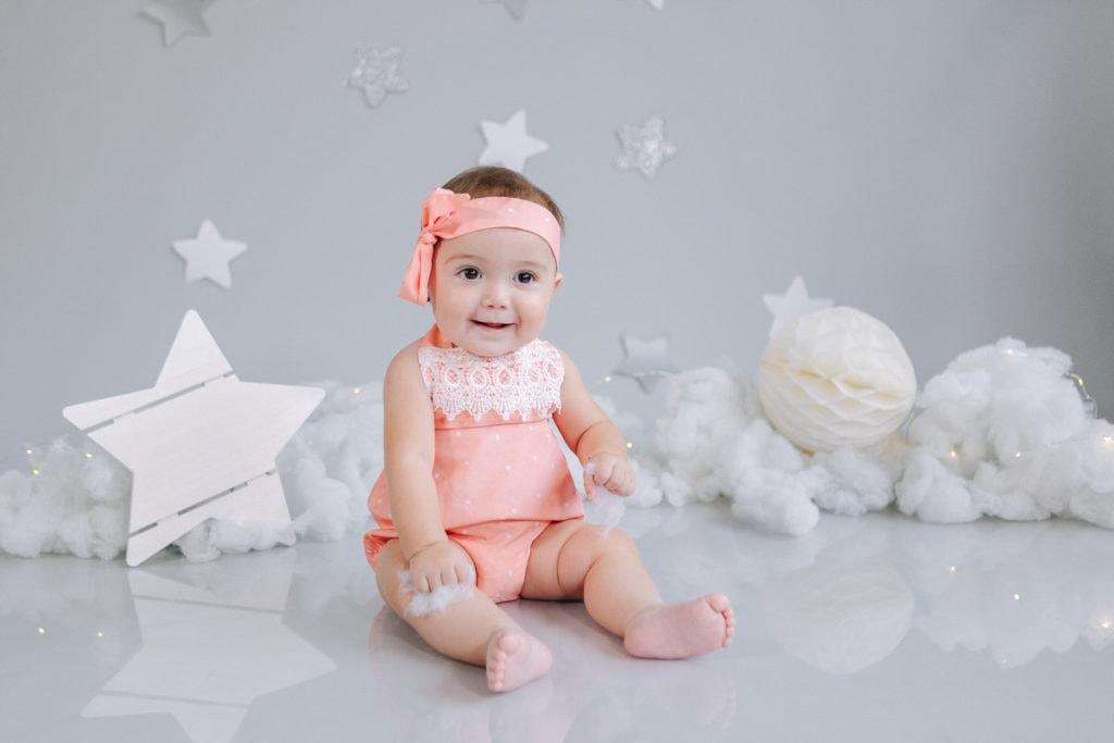 bebé posando a la cámara