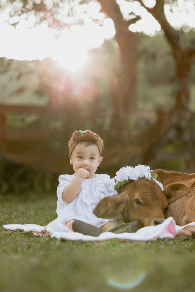 Emiliana con muñeca en sus fotos de bebé vaquera