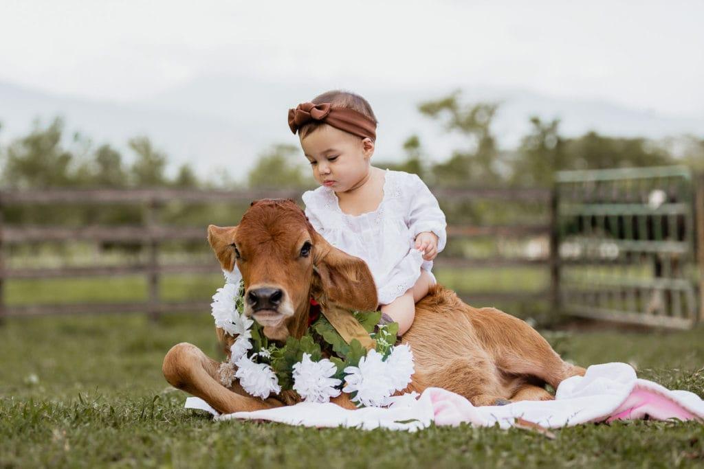 fotos en la naturaleza con una bebé vaquera de 7 meses