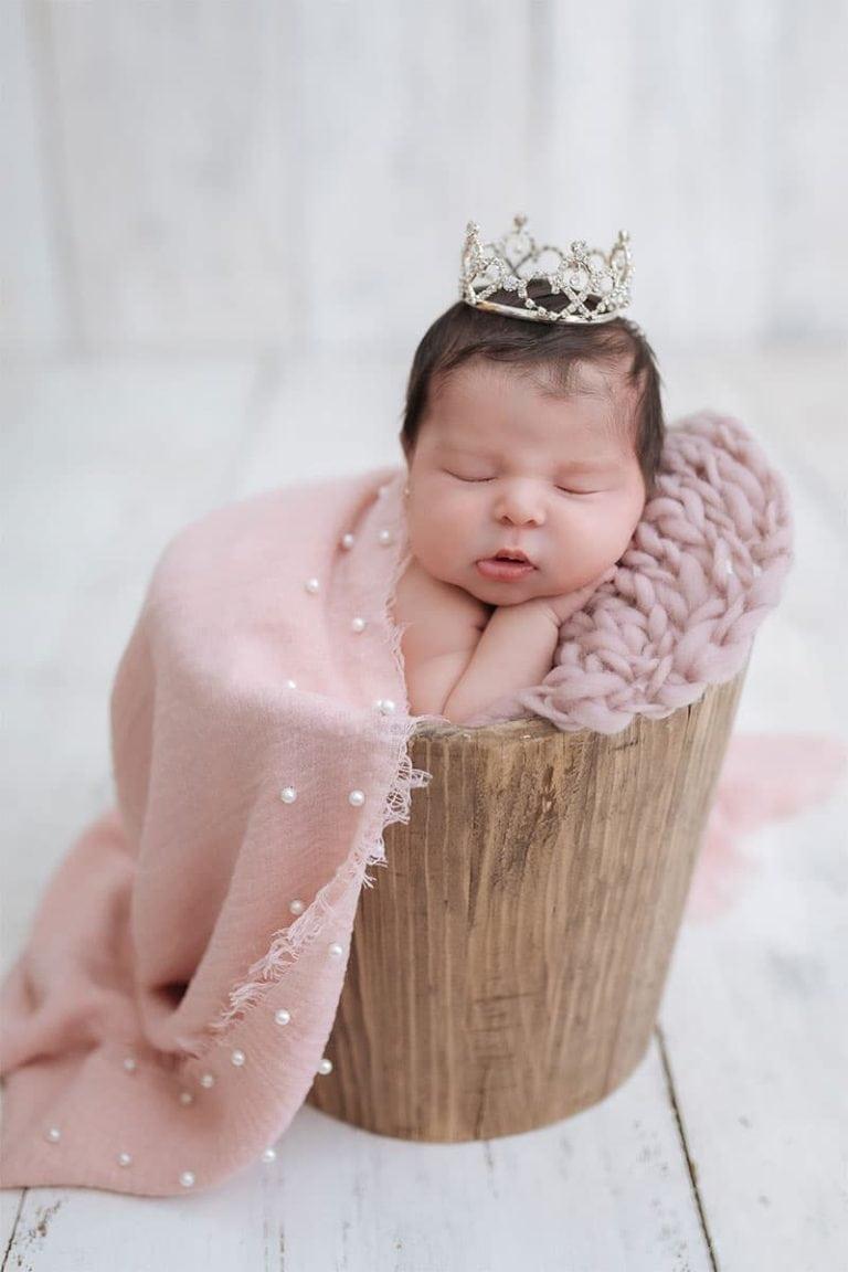 Recién nacido posando en una sesión de fotos.